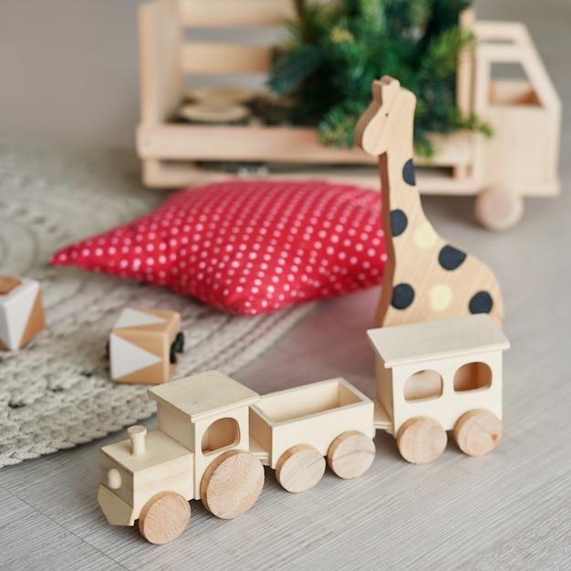 Houten speelgoedtrein, natuurlijk houten speelgoed, vorm van gekleurd hout, babyspeelgoed, houten dierenspeelgoed voor baby's. Premium Foto