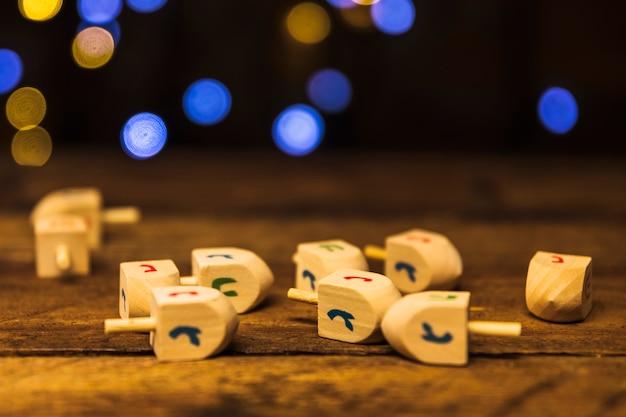 Houten speelstukken op tafel Gratis Foto