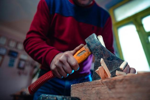 Houten stukken snijden door een hummer Gratis Foto