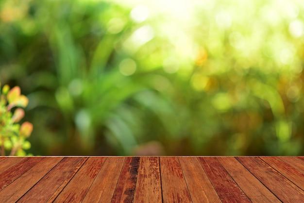 Houten tafel bar groene achtergrond Premium Foto