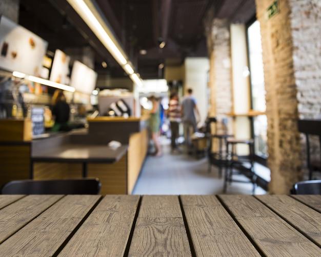 Grote Houten Tafels : Houten tafel kijken naar bar met grote ramen foto gratis download