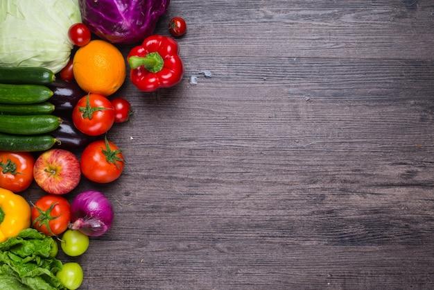 Houten tafel met groenten Gratis Foto