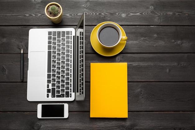 Houten tafel van zakelijke werkplek, bovenaanzicht Premium Foto