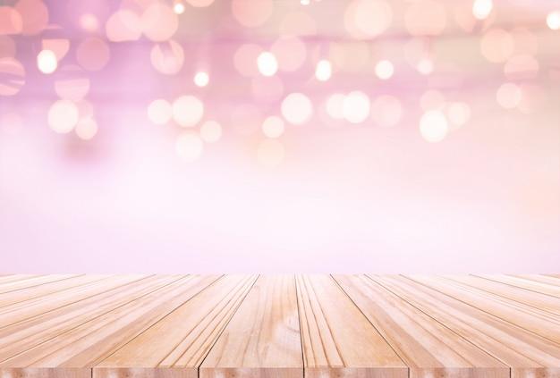 Houten tafelblad op disfocus achtergrond. kan worden gebruikt voor het weergeven of monteren van uw producten Premium Foto