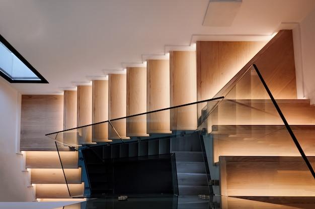 Houten trap in een modern huis Gratis Foto