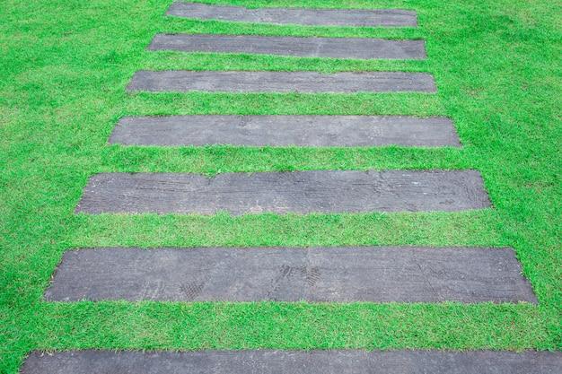 Houten weg in de grastuin Premium Foto