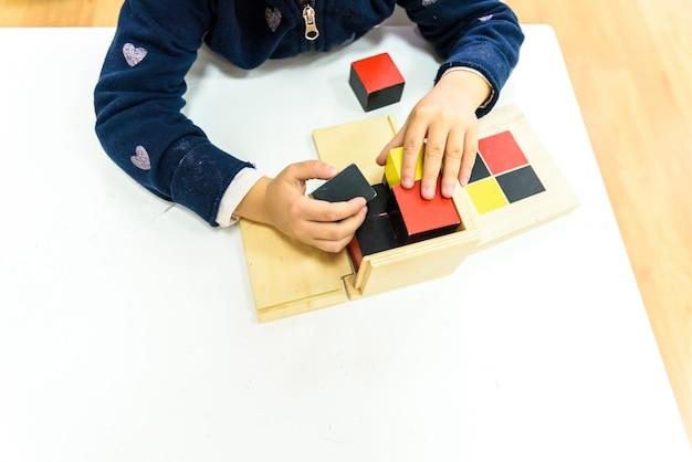 Houtmontessoriematerialen om door de studenten zelf te leren. Premium Foto