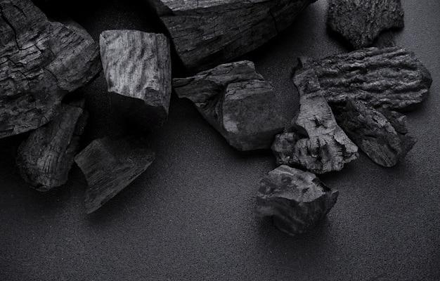 Houtskool op zwarte vloer Premium Foto