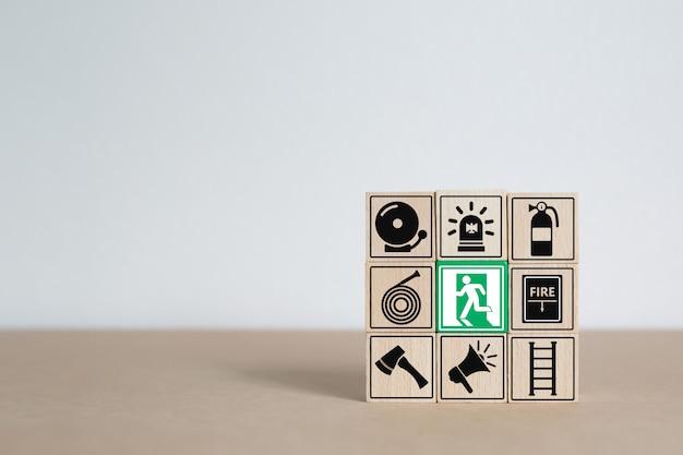 Houtsnede stapelen met pictogrammen voor brand en veiligheid. Premium Foto