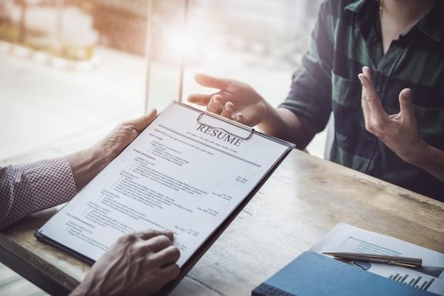 Hr audit hervat sollicitantpapier en interview voor selectie personeel aan bedrijf. Premium Foto