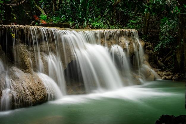 Huai mae khamin waterfall bij diep tropisch regenwoud in srinakarin-dam, nationaal park in thailand Premium Foto