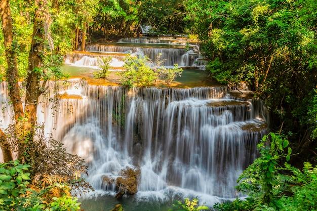 Huai mae khamin waterfall with het ochtend lichte kanchanaburi, thailand Premium Foto