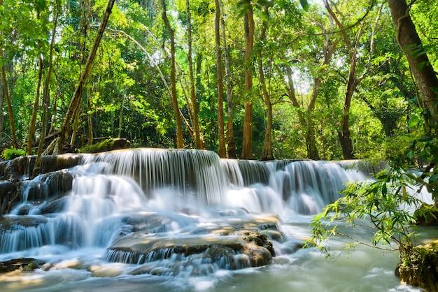 Huai mae khamin-waterval in kanchanaburi, thailand, mooie waterval, bos Premium Foto