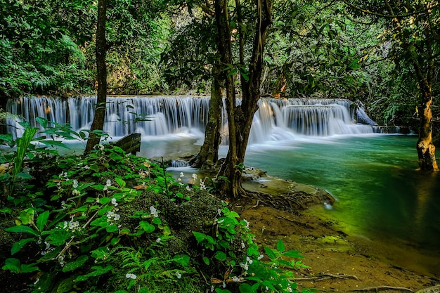 Huay mae khamin waterval, 2e verdieping, genaamd mandkamin, gelegen in srinakarin dam national park kanchanaburi province, thailand Premium Foto
