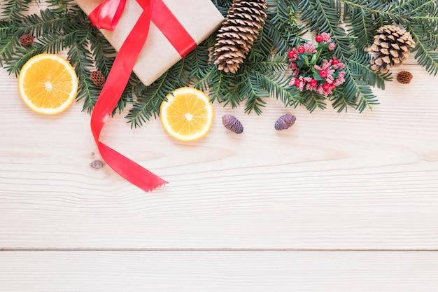 Huidige doos dichtbij gesierd spartakje en sinaasappelen Gratis Foto
