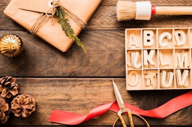 Huidige doos, schaar, nadelen en brieven Gratis Foto