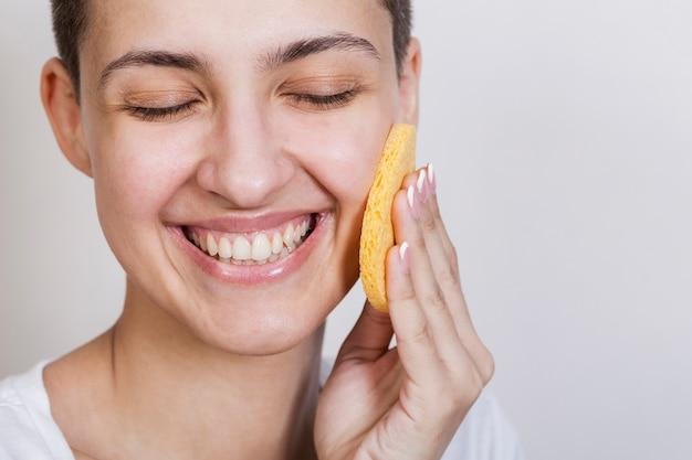 Huidverzorging gezicht product aanbrengen proces Gratis Foto
