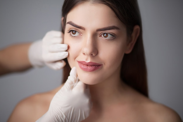 Huidverzorging vrouw gezicht make-up verwijderen - huidverzorging. Premium Foto
