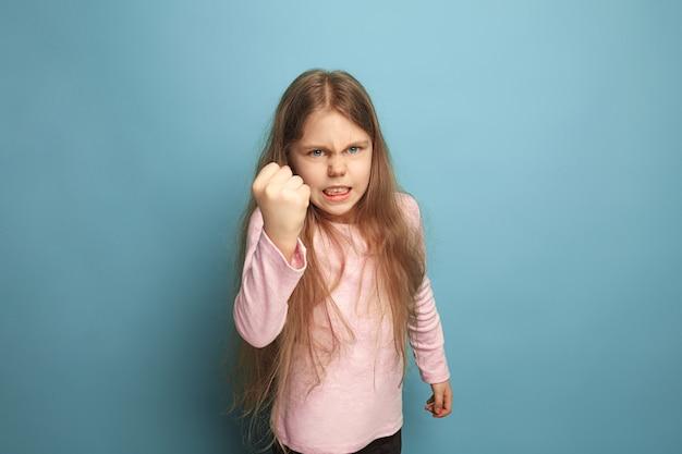 Huilen. boos gillend tienermeisje op blauw. gezichtsuitdrukkingen en mensen emoties concept Gratis Foto