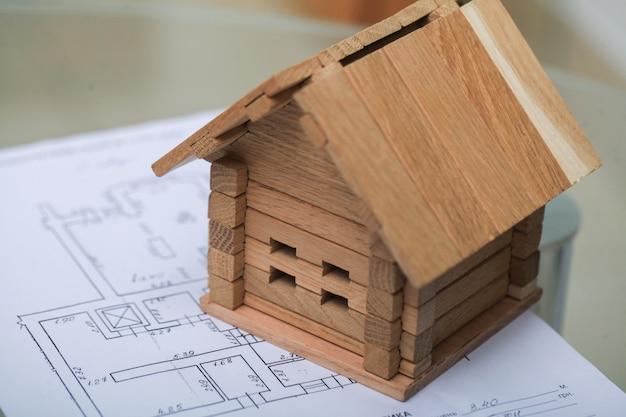 Huis bouwen op blauwdrukken met plan - bouwproject Premium Foto