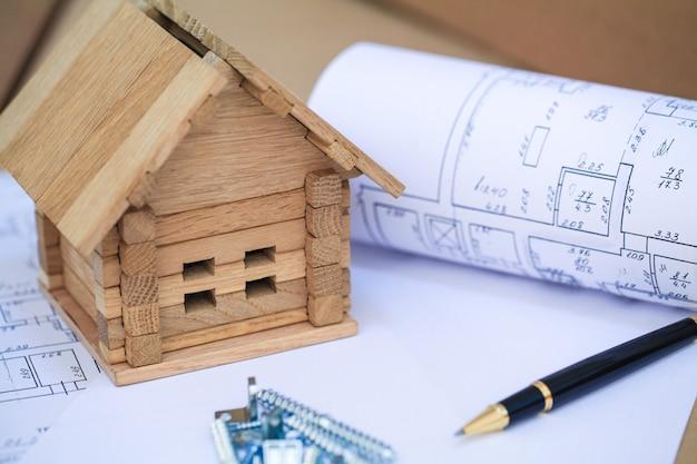 Huis bouwen op blauwdrukken met werknemer - bouwproject Premium Foto