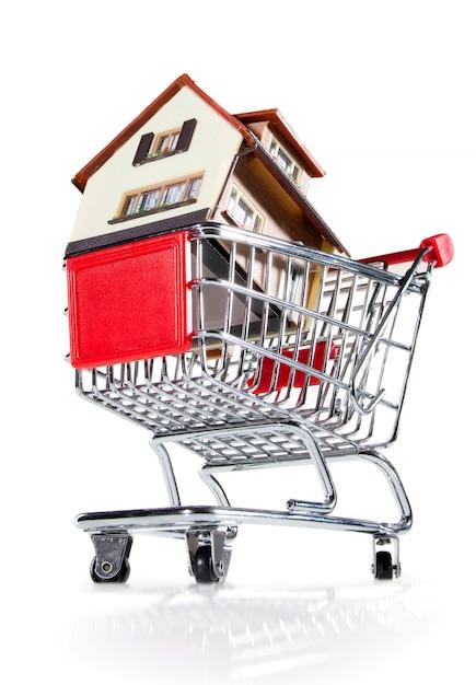 Huis in winkelwagen Premium Foto