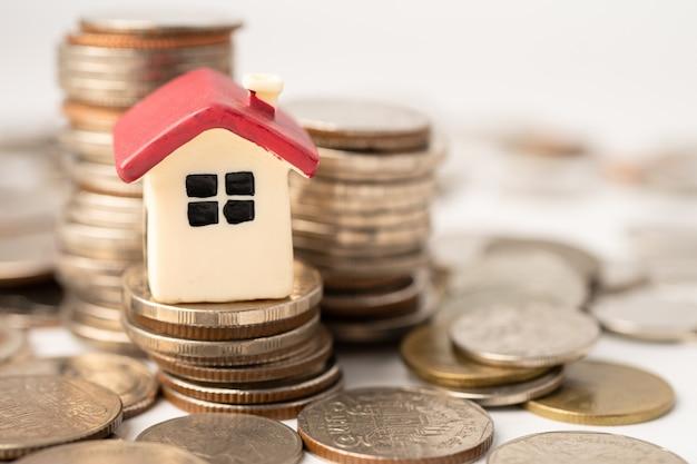Huis op stapelmuntstukken, het concept van de hypotheekleningenfinanciering. Premium Foto