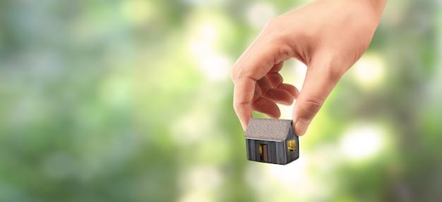 Huis residentiële structuur in de hand Premium Foto