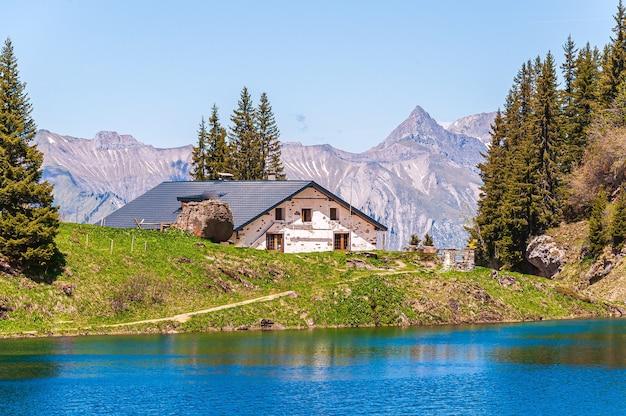 Huis tegenover het meer lac lioson in zwitserland Gratis Foto