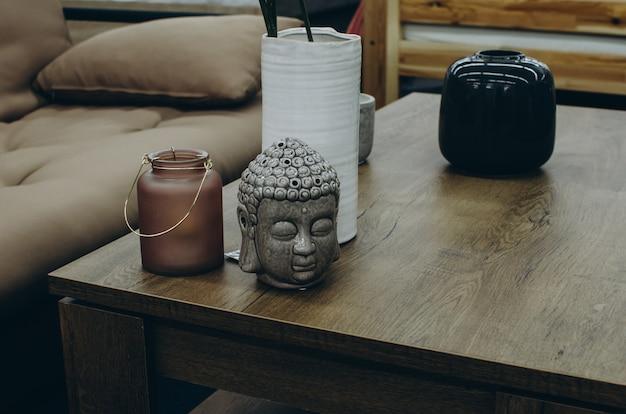 Huisdecor met het hoofd van boedha op lijst Premium Foto