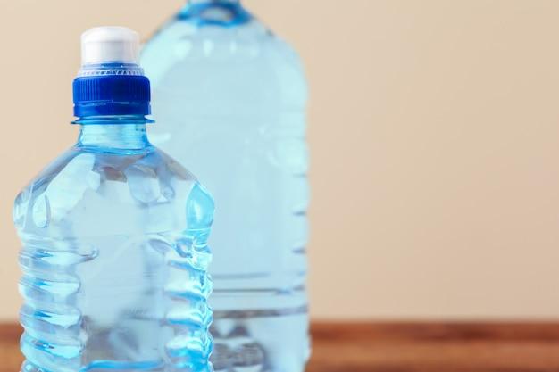 Huisdierenflessen water op lege lijst Premium Foto