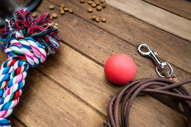 Huisdierenstuk speelgoed en leibanden op houten lijst Premium Foto