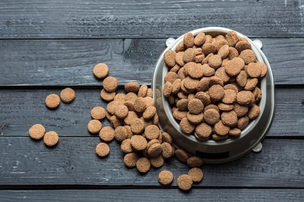 Huisdierenvoedsel op houten vloer Premium Foto