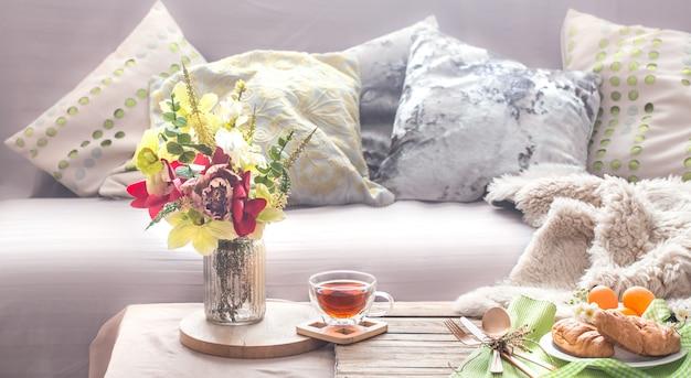 Huiselijke gezellige lente-interieur in de woonkamer Gratis Foto