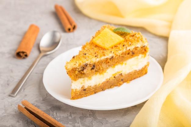 Huisgemaakte cake met persimmon en pompoen en een kopje koffie Premium Foto