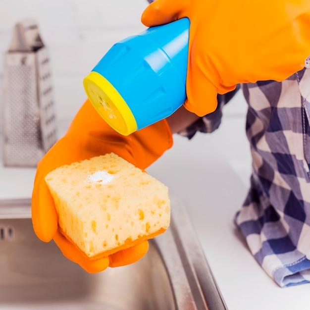 Huishoudenconcept met schoonmakende producten Gratis Foto