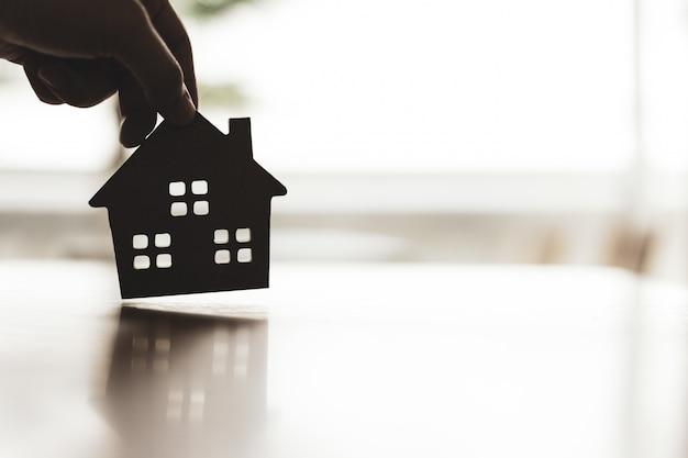 Huismodel in makelaarsagenten thuis of in verkoper. Premium Foto