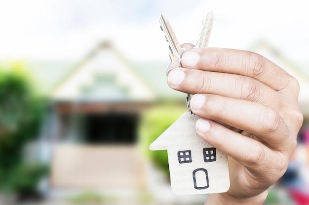 Een Nieuw Huis : Huistoetsen op huis vormige sleutelhanger voor een nieuw huis foto