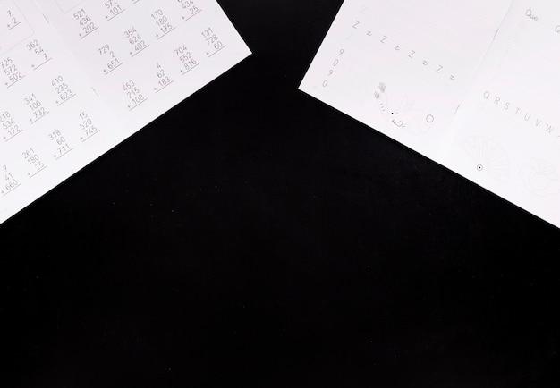 Huiswerk op zwart bureau Gratis Foto