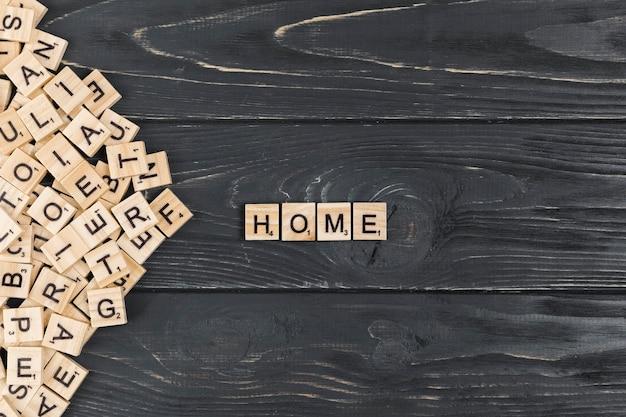 Huiswoord op houten achtergrond Gratis Foto