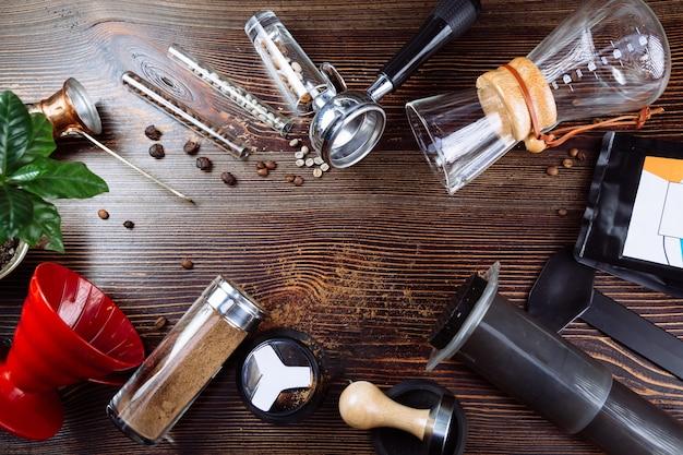 Hulpmiddel voor het maken van professionele espressokoffie en koffiebonen op een houten Premium Foto