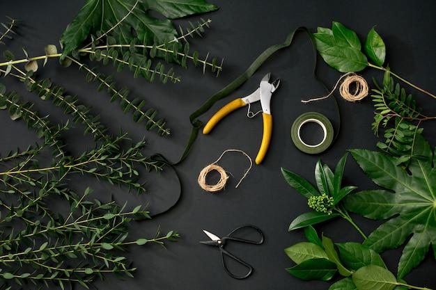 Hulpmiddelen en accessoires die bloemisten nodig hebben om een boeket te maken Gratis Foto