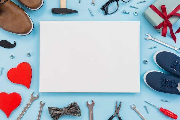 Hulpmiddelen met geschenkdoos, papier en man schoenen Gratis Foto