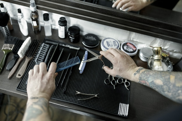 Hulpmiddelen voor het knippen van bovenaanzicht van baardkapper vintage instrumenten van kapper op houten achtergrond Gratis Foto