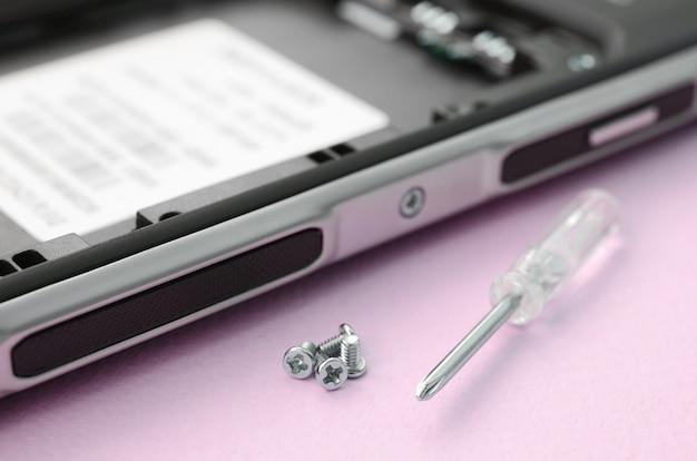 Hulpmiddelen voor reparatie en demontage van moderne smartphones en mobiele apparaten Premium Foto