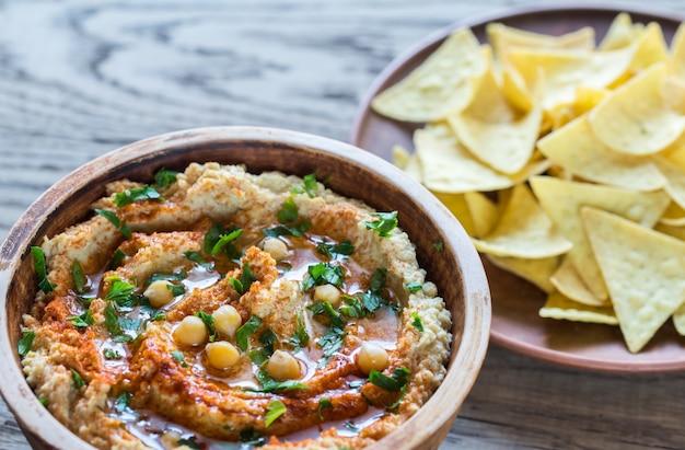 Hummus met tortillachips Premium Foto