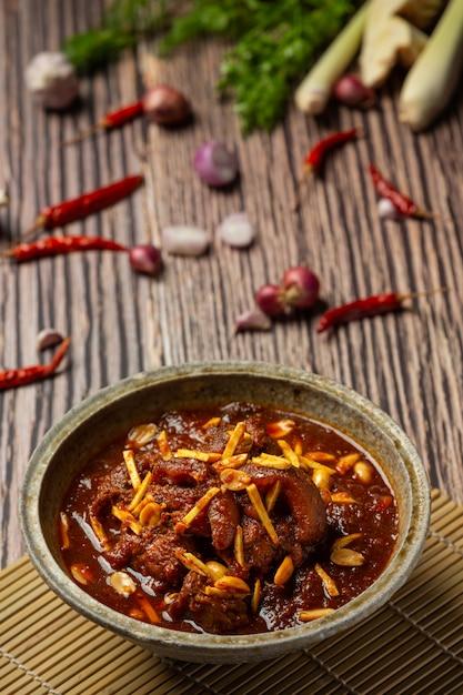 Hunglaecurry met kruiden en varkensvlees, lokaal voedsel in noordelijk thailand. Gratis Foto