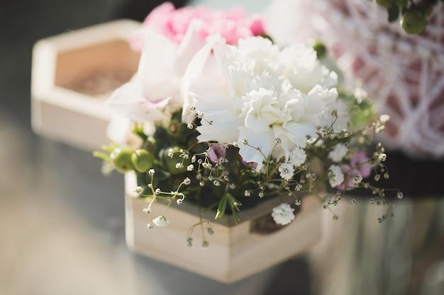 Huwelijksbloemen bij de ceremonie Premium Foto
