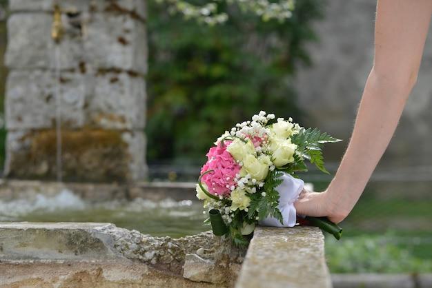 Huwelijksboeket van bloemen in hand de bruid Premium Foto