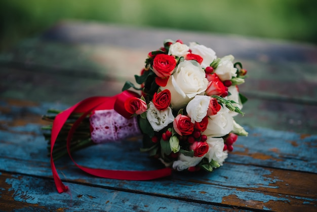 Huwelijksboeket van verse bloeiende bloemen Premium Foto